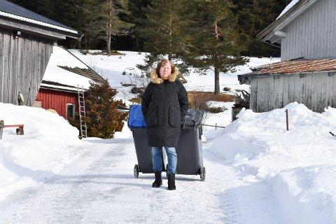 FRUSTRERT: - Dette tror jeg ikke er godt gjennomtenkt, sier Wenche Brukstuen i Åsmarka om den nye søppelordningen i Ringsaker. Hun frykter at hun enten må frakte dunkene langt over en kilometer eller betale titusener av kroner.