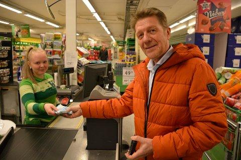 Nytt tilbud: Banksjef Bjørn Warnaar kan i likhet med alle andre fra slutten av april både ta ut og sette inn penger på butikken. Marlene Granheim og de andre på Kiwi får nye oppgaver.