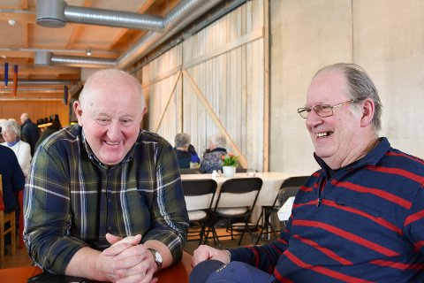 HJERTELIG GJENSYN: De to gamle kameratene Jan Ove Olsen (77) (t.v.) fra Moelv og Jan Basteson (76) fra Askøy hadde ikke sett hverandre på over 40 år, da de fredag møtte hverandre på Prøysenhuset. Se flere bilder fra fredagskaffen i bildekarusellen.