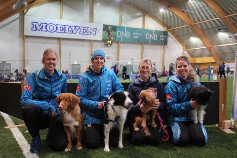 Utøverne i Åsmarka Blandede har et godt samarbeid med Claudia Zenner fra Tyskland, som har tatt flere medaljer i VM i agilty. Fra venstre: Marthe Sørbye, Jeanette Sandbæk Håland, Claudia Zenner og Kari O. Dalsaune.