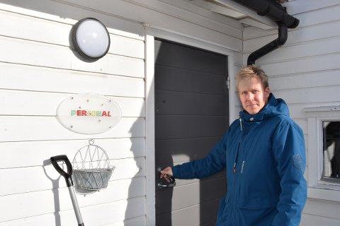 STENGT: Daglig leder Raymond Lundquist (32) i Stavsberg barnehage låser døra. De neste 14 dagene vil skoler og barnehager i hele landet holde stengt.