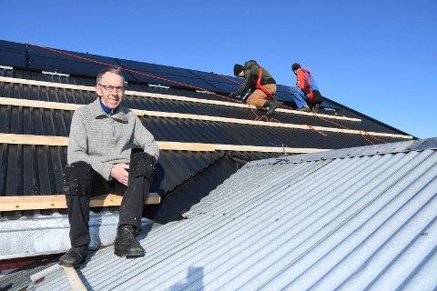 Tenker klima og miljø: Helge Stikbakke fra Gaupen instalerer solcelle hjemme i Gaupen. Anlegget koster 200.000 kroner. I bakgrunnen er sønnen Audun Stikbakke (t.v.) og Johannes Moen fra Norsk Sol AS i full sving med å montere solcellepaneler.