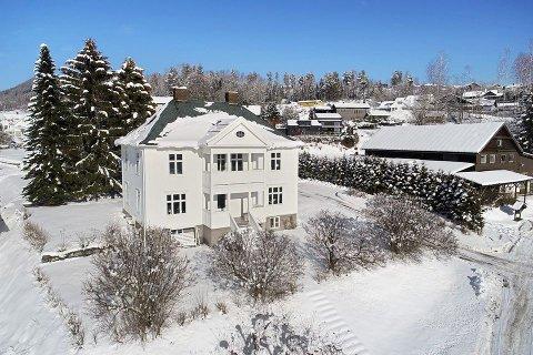 SELGES: Villaen i Brumunddal ligger ute til salgs med en prisantydning på 7 millioner kroner.