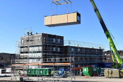 SOM LEGO: Slik ble leilighetsbygget Nydal Park bygget: Modul etter modul ble heist på plass. Bla i bildekarusellen for å følge prosessen fra A til Å.