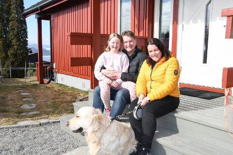 Familietid hele døgnet:  Øverst i Øymohellinga i Moelv bor Espen Hagen Olsen (34), Christine Hagen Olsen (8) og Linda Iren Karlsen (36). Som familier flest tilbringer de i disse dager unormalt mye tid sammen. I familien inngår også Ruben Nikolai Granum (14). Han var ikke til stede da bildet ble tatt.