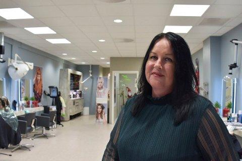 HOLDER HUMØRET OPPE: Aina Sundmyhr prøver å være positiv selv om koronatiltakene tvinger henne til å stenge salongen.