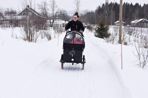 ELSYKKEL: Anya Bratberg (45) og datteren Sigrid Bratberg Bålerud (6) undervegs med elsykkelen. I 2017 flyttet de til Åsmarka, og lever en hverdag uten bil. Se flere bilder i bildekarusellen.