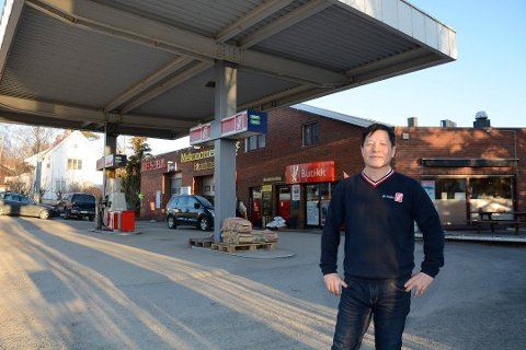 HAR KJØPT BRUKIOSKEN: Wang Yin Li (bildet) har drevet bensinstasjonen på Tingnes i ti år. Nå har han sammen med Hong Mei Jiang også kjøpt brukiosken, og skal gjenåpne kafeen.