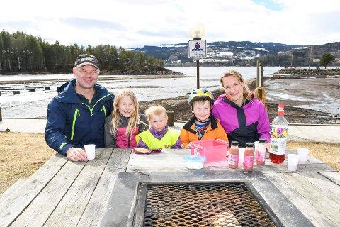 Koste seg i påskesola: Familien Jensen i Moelv stortrives  med påskeferie ved Mjøsa. Første påskedag nøt de både fint vær, mat og drikke ved småbåthavna i Moelv. De hadde egentlig planer om å tilbringe påsken i hytta på Øyerfjellet. Situasjonen rundt koronautbruddet ville det annerledes. Fra venstre: Alan Jensen, Tonelise Jensen (9), Ingrid Jensen (2), Øyvind Jensen (6) og Tonelill Jensen.
