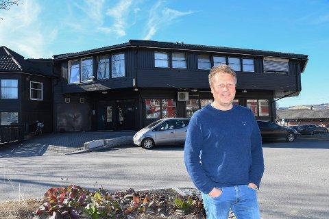 Nye eiere på 108: Øss 3 Eiendom AS har kjøpt næringsdelen av 108-bygget i Moelv. Daglig leder Vegard Øen ønsker å skape nytt liv i cafèlokalene.