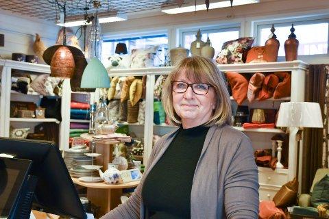 FLERE ØNSKER SEG EN HOBBY: Mange har vært innom Aud Aabakken på Fabrikkutsalget de siste ukene. Hun har prøvd å hjelpe nye og gamle kunder med å komme i gang med håndarbeidet.