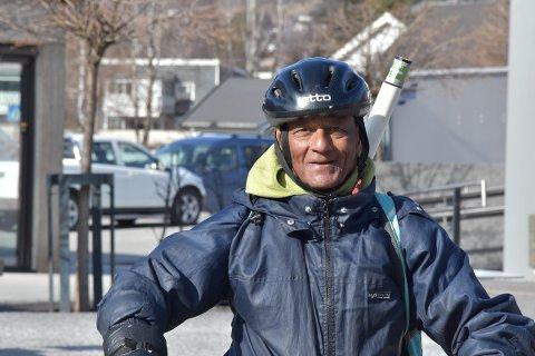 SPREK: Rajendra Prasad Shukla (69) syklet i sin tid fra India til Norge. Nå vil han sykle motsatt veg. Ringsaker Blad måler på Google Maps over 5500 kilometer i luftlinje mellom Brumunddal og nordvest i India. Veger er som kjent mer krokete.
