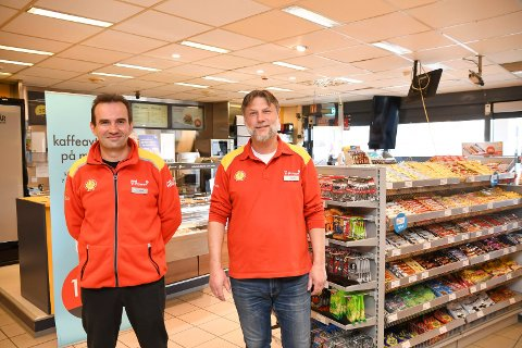 Tilbake med døgnåpnet: Mandag denne uken kunne Goran  Majkic (t.v.) og Jon Erling Trulsen igjen tilby nattlig handel ved Shell Moelv. Nå tror karene på en hektisk sommer med mange norske turister på vegen.
