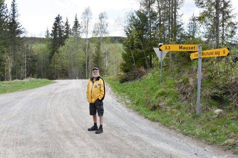 VIL HA SKILT HER: Endre Tajet i krysset Faråsvegen/Østbrumundvegen. 68-åringen mener det må bli skiltet her... (Se flere bilder i bildekarusellen).