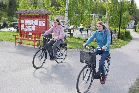 ELSYKLER: Fra neste uke kan du låne elsykkel hos Moelv Frivilligsentral i Moelv. I juli måned er det hos biblioteket du får lånt syklene. Fra venstre: Thomas Eriksen (Moelv frivilligsentral) og Heidi Brennodden (Moelv bibliotek).