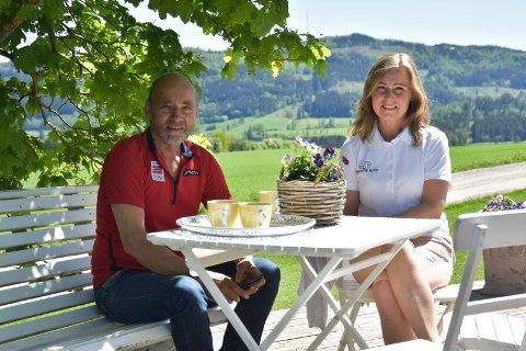 VERTSKAPET: Hans (65) og Helena Frogner (52) på Kvarstad gard forteller om stort besøk i gardsbutikken i forbindelse med at en av årets ti toppturer passerer garden.
