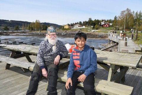Kvalitetstid: Helge Nysted (71) og barnebarnet Thayakorn Boonkrai (12) koser seg i småbåthavna i Moelv.