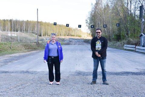 HÅPER DE KAN ARRANGE LØP SNART: Styreleder Guro Haug Buvik (33) og styremedlem Geir Gransbråten (68) i NMK Hamar håper det i løpet av sommeren igjen kan stå biler på startstreken i offisielle løp på Vendkvern. Se flere bilder i bildekarusellen.