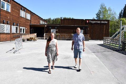 Fiona Didham og Knut Tolvstad utenfor Fagernes skole i Næroset.