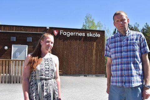 FAGERNES: Ringsaker Blad møter Fiona Didham (33) og Knut Tolvstad (44) utenfor Fagernes skole i Næroset.