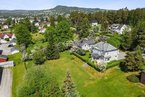 BRUMUNDDAL: Denne eiendommen med to boliger er Brumunddals dyreste enebolig med en prisantydning på 7,9 millioner kroner.