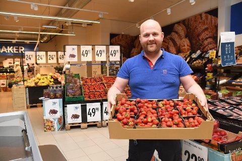 God og dyr: Kjøpmann Andreas Mæhlum ved Rema 1000 i Moelv selger mye jordbær, selv om prisen er høy. - Det er lite bær på  markedet, og mange venter på den lokale bæra, sier han.