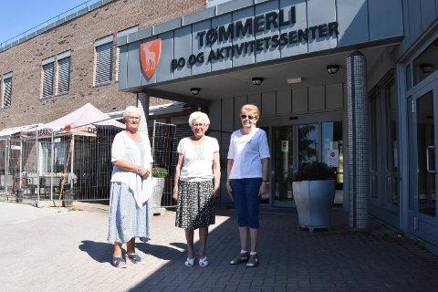 HAR FÅTT TVER: Nylig gikk venneforeningen til innkjøp av ti TVer til kortidsavdelingen på Tømmerli. Det setter avdelingsleder Sigrun Gråbergsveen (t.v.) stor pris på. I midten Anna Granvold og til høyre Torild Bekken fra venneforeningen.