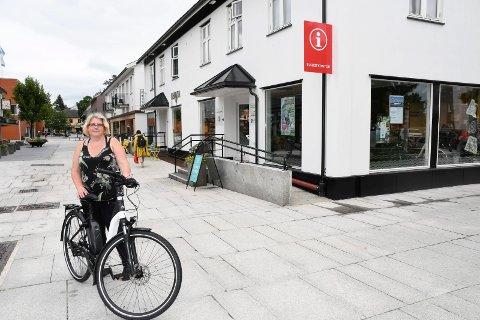 Her kan du låne elsykkel gratis: Turistkontoret i Brumunddal (bildet), Wood hotel og Mjøsa Ferie og Fritidssenter frister med gratis utlån av sykler for både turister og egne innbyggere. Her viser Heidi Olsen fram en av tohjulingene.