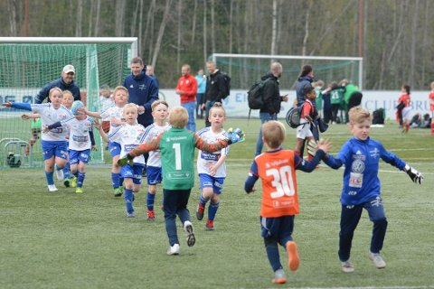 Jubler over støtte: Koronakrisen har medført store tap for Brumunddal Fotball. Nå kan klubben glede seg over 150.000 kroner i støtte fra OBOS.