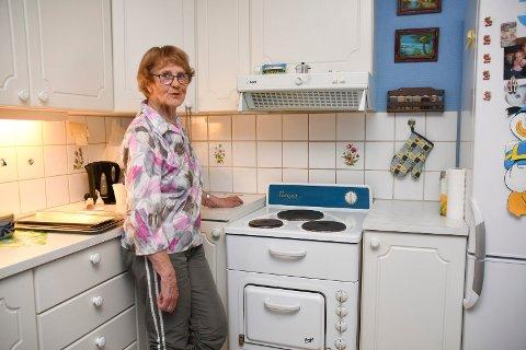 Trofast traver på kjøkkenet: Agnes Kvalnes i Moelv har brukt den samme komfyren daglig i snart 60 år. Hun ser ingen grunn til å kjøpe nytt.