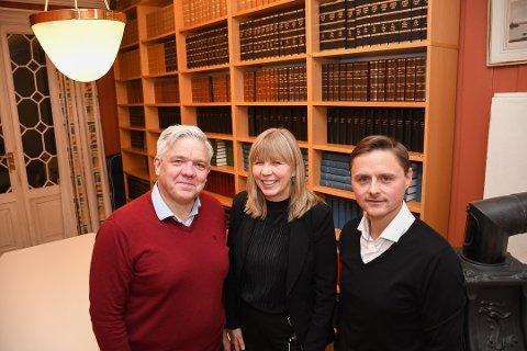 RETTSSAK: Vegard Strøm (f.v.) og Anborg Bogsti er sammen med advokat Knut Westrum klare for rettssak mot grunneierne. Bildet er tatt i forbindelse med en tidligere sak.