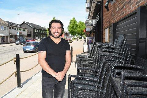 Verker etter å komme i gang:  Mehmet Gunes er mannen som skal drive Saray Steak House i Moelv. Han håper på oppstart om snaue to uker.