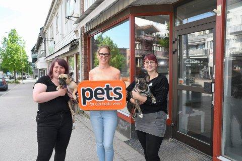 Satser i Moelv: Catrine Eriksen (t.v.) , Linda Økseter Bøhle og Jacqueline Bergsmark åpner dyrebutikk i Storgata 110.
