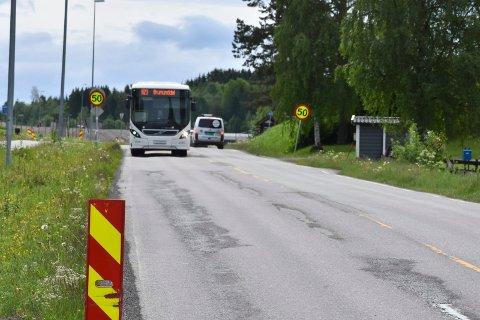 FYLKESVEG: Furnesvegen/Ringsakervegen er delvis sliten. Her ved Bergshøgda. I sommer og de to kommende årene er det planlagt å legge mye ny asfalt på fylkesvegen.