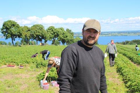 Jordbærbonde Lars Erik Nordhagen har hatt en tøff sesong, både i forhold til været og arbeid-staben.