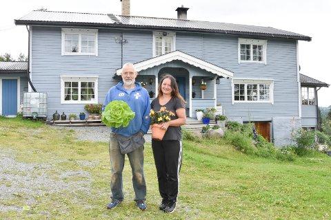 VELTFARÅSEN: Bjørn Solberg (t.v.) og Mette Obstfelder kjøpte plassen Veltfaråsen i Brumund i 2013, og flyttet inn i 2014. Etter flere år med oppussing, dyrker de nå samme lidenskap: Det som vokser og gror. Bjørn har stell på grønnsakene og Mette på blomstene. Se flere bilder i bildekarusellen.