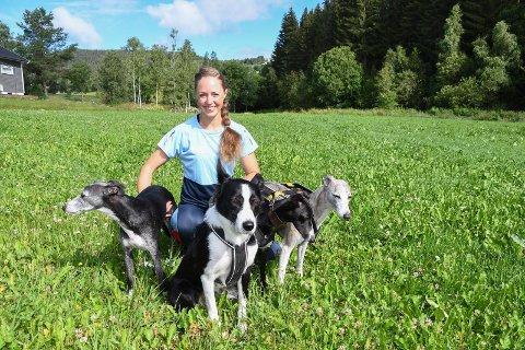 Inviterer til løpsfest for hunder: Annette Christin Lund introduserte rettbaneløp for hunder i Norge i 2017. Søndag 23. august er det igjen løp i anlegget i Fløtlia.