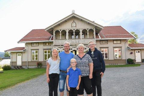 Stortrives: Familien Dæhli Johansen har utvilsomt et hjem utenom det vanlige. Bolighuset på Mokværn i Moelv ble nemlig bygd for 163 år siden. - Her trives vi veldig godt, sier Tora Dæhli Johansen (12), Tor Henning Johansen, Bodil Dæhli Johansen, Ragnvald Dæhli Johansen (14). Foran ser vi Halvor Dæhli Johansen (8).