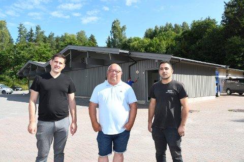 På flyttefot: Ole-Johan Hagen (midten) starter salg av bruktbiler i det gamle Sparbygget i Moelv. Mohammed Hussein (t.v.) og Amhed Mousa skal drive bilvask og bilpleie fra det samme bygget.