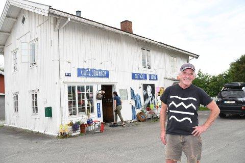 Hektisk sommer: Sverre Tønseth driver brukthandel i de gamle bakerilokalene i Åsmarkavegen i Moelv. Han forteller om en hektisk ferietid med rekordmange kunder.