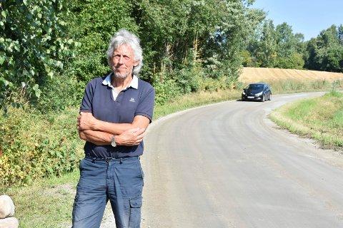 OPPLEVER ØKT TRAFIKK: Tom-Erik Tangen opplever en sterk økning i trafikken på den vanligvis fredelige Kongsvegen på Jessnes. Før var det langt mellom bilene.