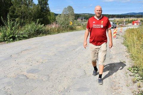 IKKE IMPONERT: SP-politiker Odd-Amund Lundberg frykter lokale politikere og beboere ikke blir hørt. Her fotografert langs Kongsvegen ved en tidligere anledning.