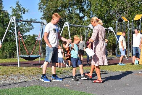 FØRSTE SKOLEDAG: Her hilser Adrian og far Hans Erik Eriksen på rektor Kristin Ingelstad på Kylstad skole i Furnes. Vanligvis håndhilser rektor på de nye elevene, men i år ble foten og albuen benyttet.