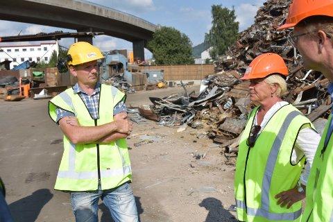 FIKK BESØK: Frp-leder Siv Jensen var onsdag innom Vegard Stensli og Stensli gjenvinning i Brumunddal.