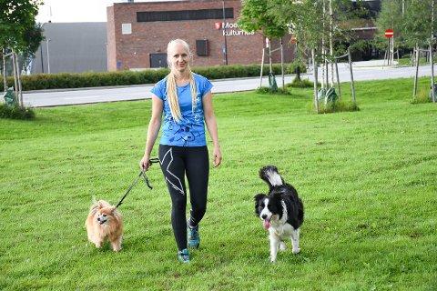 TRENING: Jeanette Sandbæk Håland er klar på at det ikke bare er å slippe hunden selv om båndtvangen er over, og ber hundeeiere vise hensyn.