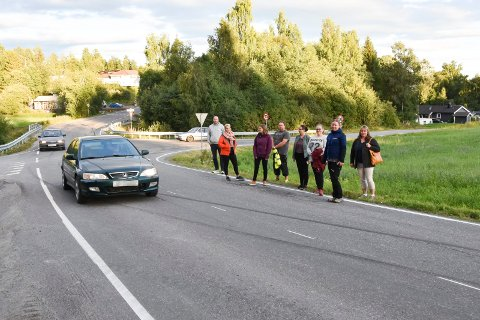 OPPLEVER ØKT TRAFIKK: Innbyggere i Furnesåsen opplever økt trafikk på lokalvegene, som her, på Bjørgedalsvegen. I bakgrunnen Gjerlukrysset. Nå tas det til orde for at noe må skje. Fra venstre: Odd-Amund Lundberg (Senterpartiet), Marte Blakstad Haave (leder i foreldreutvalget i Kylstad barnehage), Anne Svenskerud (sektretær i FAU Kylstad), Odd Magne Kvarstad (medlem i trafikksikkerhetsutvalget ved Kylstad skole), Toril Skogsrud (FAU-leder Furnes ungdomsskole), Anne Marthe Formoe (leder i trafikksikkerhetsutvalget ved Kylstad skole), Ingvild Moberg (FAU-leder Kylstad og Jill Rønningen (nestleder i FAU ved Furnes ungdomsskole og kasserer i Kylstad vel).