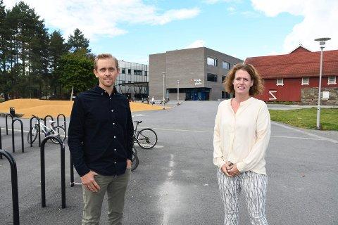 Engasjerte: FAU-lederne Camilla Schjetne og Andreas Barli mener Moelv skole ikke er stor nok til å øke med 85 elever dersom skolene Fossen og Fagernes skulle bli lagt ned. – I tillegg kommer vekst og utvikling, og et mulig storsykehus. Dermed blir det svært kortsiktig å bygge ned skoleplasser i Moelv, sier de.