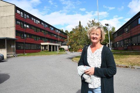 På besøk: Kristin Valberg besøkte søndag sin mor på Brumunddal sjukehjem. Furnes-kvinnen har ingen ting å utsette på besøksordningen til Ringsaker kommune, i den spesielle koronatiden.