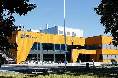 STENGES: Innlandet fylkeskommune stenger fem videregående skoler ut uken. Ringsaker videregående skole er blant disse.