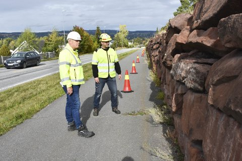 SKIFTES UT: Brumunddalsandstenen slår sprekker og glir ut. Nå blir den byttet med mer solide saker. Fra venstre: Per Ragnar Risberget, Innlandet fylkeskommune, og Stig Stamoen, Gjermundshaug Anlegg.